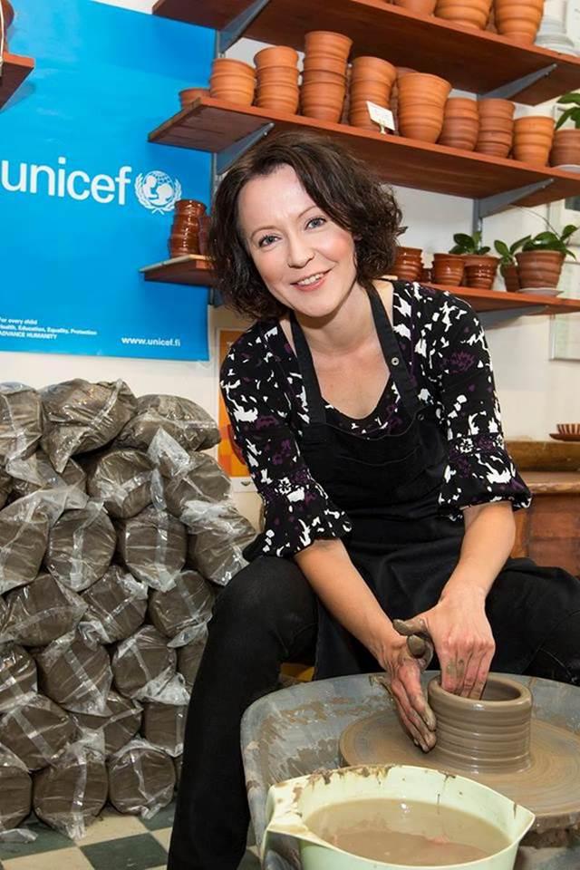 Kädet savessa: Suomen UNICEFin suojelija, rouva Jenni Haukio osallistui omalla työllään Tyhjä kulho -tapahtumaan vuonna 2015. Hän haluaa esimerkillään kannustaa ihmisiä tukemaan UNICEFin hätäaputyötä lasten hyväksi. Kuva: Petri Mulari